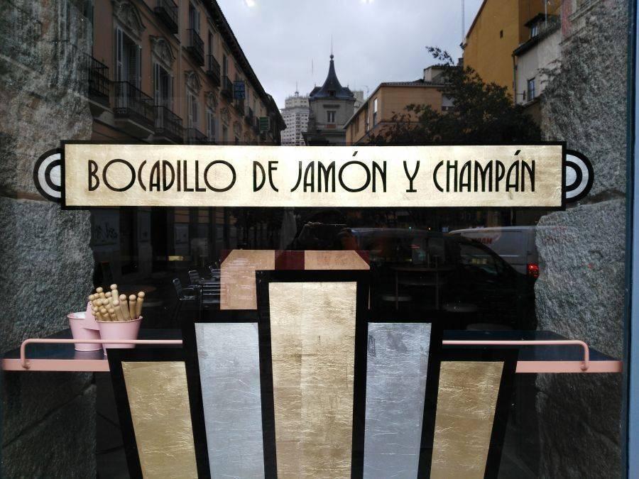 BOCADILLO DE JAMÓN Y CHAMPÁN. Aterriza en Malasaña