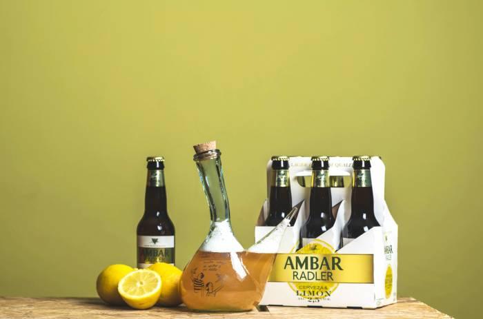 CERVEZAS AMBAR. Bebiendo cerveza en porrón