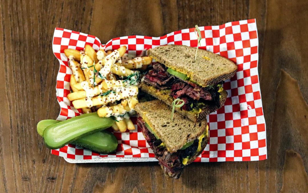 ISABELLA. Disfrutando de los sándwiches estrella de Byron Hogan